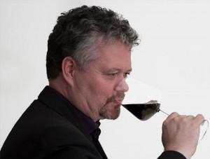 Tobbe Ljunglöf har lång erfarenhet av vinprovningar och har Advanced Certificate från Wine and Spirit Education Trust (WSET) i England